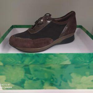 calzatura con plantare marrone